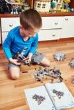 Dziecko zbiera klingerytu budynku zabawkarskiego zestaw Obrazy Stock