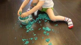 Dziecko zbiera piasek kinetyczny do słoika po meczu zbiory wideo
