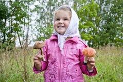 dziecko zbiera pieczarki Fotografia Stock