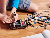 Dziecko zbiera plastikowego budynku zestaw Obraz Royalty Free