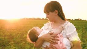 Dziecko ziewa w rękach matka, dziecko chce spać, mój matka stawia jej córki łóżko, rodzinny spacer w parku w zdjęcie wideo