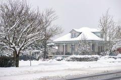 Dziedzictwo dom podczas zimy burzy w Vancouver wyspie, Kanada obraz royalty free