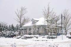Dziedzictwo dom podczas zimy burzy w Vancouver wyspie, Kanada fotografia stock
