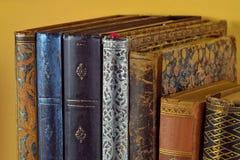 Dziedzictwo kulturowe rząd stare obszyte książki Antyk książki na żółtym tle z bliska obrazy royalty free