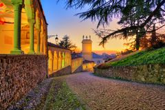 Dziejowa ścieżka prowadzi kasztel Udine miasto Friuli Venezia Giulia region Włochy obrazy stock