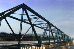 Dziejowa żelazo mosta krzyża rzeka, Chmurny, i niebieskie niebo Obraz Royalty Free