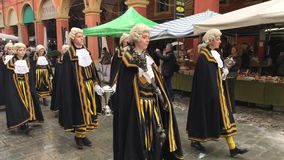 Dziejowa parada w tradycyjnych xviii wiek kostiumach wzdłuż ulic Modena zbiory wideo