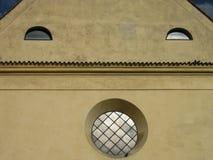 Dziejowi budynek fasady spojrzenia jak uśmiech Fotografia Royalty Free