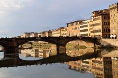 Dziejowi budynki odbijali w Arno rzece w Florencja, Ja Obrazy Royalty Free
