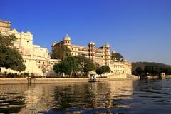 Dziejowi budynki Zbliżają Jeziornego Pichola, Udaipur, Rajasthan, Indi zdjęcie stock