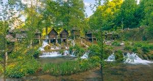 Dziejowi drewniani watermills na Pliva jeziorach wokoło Jajce z piękną naturą wokoło go obrazy stock
