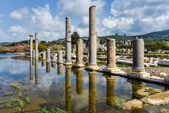 Dziejowi kolumn odbicia w antykwarskim mieście Obraz Stock