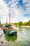 Dziejowy żeglowanie statek na wontonie w Paryż, Francja Obraz Royalty Free
