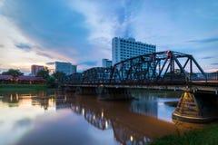 Dziejowy żelazo most przy Chiangmai miasta linią horyzontu Fotografia Royalty Free