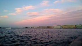 Dziejowy centrum St Petersburg przy zmierzchem Widok na Neva rzece z łodziami na nim Piękne fasady budynki w Zdjęcia Royalty Free
