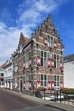 Dziejowy dostojny dwór z czerwonymi i białymi żaluzjami, Gorinchem, holandie obraz stock