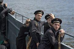 Dziejowy festiwal Drugi wojna światowa w Samara, Lipiec 26, 2015 Grupowy Jung na pokładzie desantowego statku na Volga Obraz Stock
