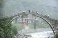 Dziejowy kamienia most na Firtina rzece Historyczny, mgła fotografia royalty free