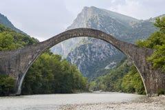 Dziejowy kamienia most Plaka w Grecja Zdjęcia Royalty Free
