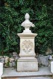 Dziejowy kamienny popiersie na piedestale Zdjęcia Stock