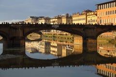 Dziejowy most i budynki odbijaliśmy w Arno rzece w F Obraz Royalty Free