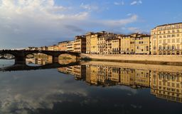 Dziejowy most i budynki odbijaliśmy w Arno rzece w F Zdjęcie Royalty Free