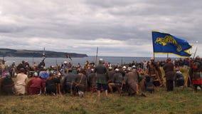 Dziejowy Reenactment bitwa między anglosasami i Wikingowie przy Whitby opactwem, Anglia obraz royalty free
