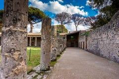 Dziejowy rujnujący buildingsof antycznego theatre Romański Cesarski miasto Pompeii fotografia stock
