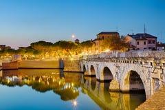 Dziejowy rzymski Tiberius most nad Marecchia rzeką podczas zmierzchu w Rimini, Włochy obrazy stock