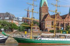 Dziejowy statek i kościół wzdłuż rzecznego Weser w Bremen Fotografia Royalty Free