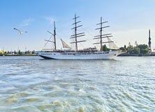 Dziejowy trójmasztowa żeglowania statek opuszcza Hamburg, Niemcy Fotografia Royalty Free