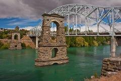 Dziejowy zawieszenie most w miasteczku Alexandra w Nowa Zelandia zdjęcie stock