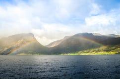 Dzieląca tęcza nad norweskim fjord Zdjęcia Royalty Free