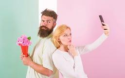 Dzielić szczęśliwego selfie Kobieta chwyta szczęśliwego momentu chłopaka przynosi bukietów kwiaty Chwytać moment memorize zabrani fotografia royalty free