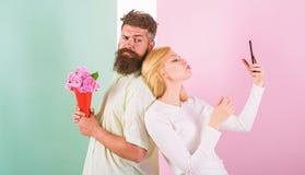 Dzielić szczęśliwego selfie Kobieta chwyta szczęśliwego momentu chłopaka przynosi bukietów kwiaty Para w miłość bukieta datowanie obraz stock