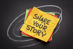 Dzieli twój opowieść na kleistej notatce Zdjęcie Royalty Free