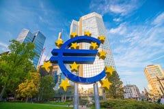 Dzielnica biznesu w Frankfurt magistrala z gigantycznym euro znakiem - jest - zdjęcia stock