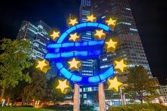 Dzielnica biznesu w Frankfurt magistrala z gigantycznym euro znakiem - jest - zdjęcie royalty free