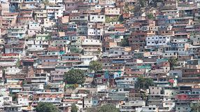 Dzielnica nędzy lub slamsy budowaliśmy wzdłuż zbocza w Caracas obrazy royalty free
