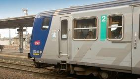 Dzielnicowy pociąg ekspresowy przy wycieczki turysycznej stacją Zdjęcia Stock