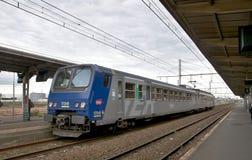 Dzielnicowy pociąg ekspresowy przy wycieczki turysycznej stacją Obraz Royalty Free