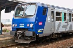 Dzielnicowy pociąg ekspresowy przy wycieczki turysycznej stacją Obrazy Stock