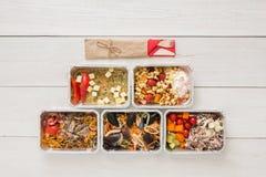 Dzienni posiłki doręczeniowi w foliowych zbiorników odgórnym widoku na białym drewnie Zdjęcia Stock