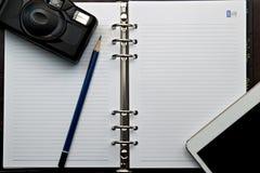 Dzienniczek i retro kamera z Cyfrowej pastylki pecetem Obraz Stock