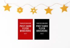 Dzienniczek pocztówkowa ulotka na stołowym Bożenarodzeniowym składu tle tapeta, dekoracje i wycinanki na whit, Obrazy Stock