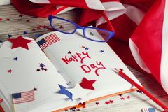 Dzienniczek z szkłami otwiera na dacie Lipiec 4, szczęśliwy dzień niepodległości, patriotyzm i pamięć weterani, zdjęcie royalty free