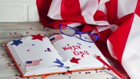 Dzienniczek z szkłami otwiera na dacie Lipiec 4, szczęśliwy dzień niepodległości, patriotyzm i pamięć weterani, zdjęcia stock