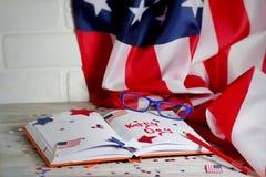 Dzienniczek z szkłami otwiera na dacie Lipiec 4, szczęśliwy dzień niepodległości, patriotyzm i pamięć weterani, obrazy stock