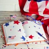 Dzienniczek z szkłami otwiera na dacie Lipiec 4, szczęśliwy dzień niepodległości, patriotyzm i pamięć weterani, obraz royalty free