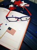 Dzienniczek z szkłami otwiera na dacie Lipiec 4, szczęśliwy dzień niepodległości, patriotyzm i pamięć weterani, obraz stock